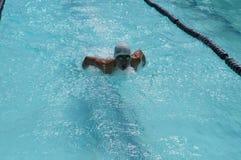 男孩运动员是训练的蝶泳为准备以后的每年游泳体育比赛 免版税库存图片