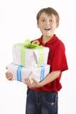 男孩运载的礼品 免版税库存照片