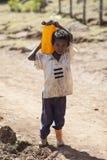 男孩运载的水,埃塞俄比亚 免版税库存图片