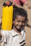 男孩运载的水,埃塞俄比亚 库存图片