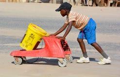 年轻男孩运载的水 免版税库存照片