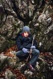 男孩远足者休息 图库摄影