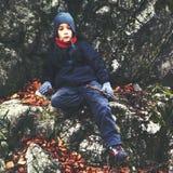 男孩远足者休息 免版税库存照片