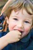 男孩迷人的微笑 免版税库存照片