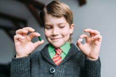 男孩选择药片 免版税库存照片