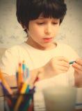 男孩选择铅笔 免版税库存照片