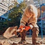 男孩逗人喜爱的使用的沙子 图库摄影