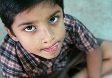 男孩逗人喜爱的印第安学校 库存照片