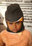 男孩逗人喜爱的印第安纵向哀伤的冬&# 免版税库存照片