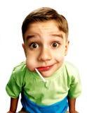 男孩逗人喜爱的吃棒棒糖 库存图片