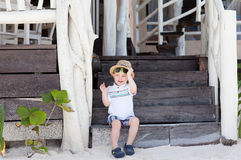 男孩逗人喜爱的坐的台阶小孩 免版税库存照片
