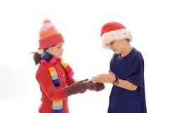 男孩逗人喜爱的女孩少许雪花冬天 免版税库存图片