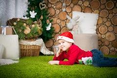 男孩逗人喜爱的帽子圣诞老人 库存图片