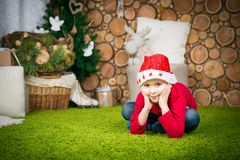 男孩逗人喜爱的帽子圣诞老人 库存照片