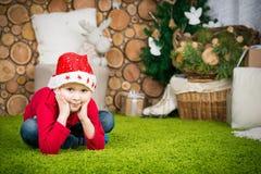 男孩逗人喜爱的帽子圣诞老人 免版税库存照片