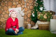 男孩逗人喜爱的帽子圣诞老人 图库摄影