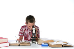 男孩逗人喜爱的查找的显微镜年轻人 库存图片
