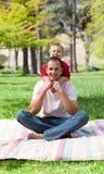 男孩逗人喜爱的父亲他少许拥抱 免版税库存照片