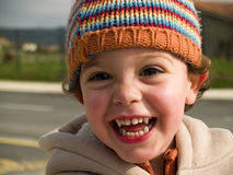 男孩逗人喜爱的矮小的微笑的吸血鬼 免版税库存图片