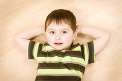 男孩逗人喜爱的纵向幼稚园 库存照片