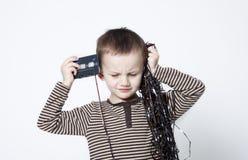 男孩逗人喜爱的老使用的纵向磁带 免版税库存照片