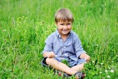 男孩逗人喜爱的草绿色纵向开会 免版税库存图片
