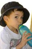 男孩逗人喜爱的饮用的拉丁美州的纵向水 免版税库存照片
