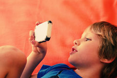 男孩逗人喜爱的移动电话 免版税图库摄影