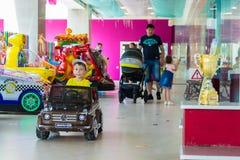 男孩通过购物中心乘坐一辆小汽车 切博克萨雷,俄罗斯, 2018/08/20 库存图片