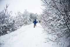 男孩通过雪跑 库存图片