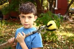 男孩采从树的rapples与特别设备 免版税库存图片
