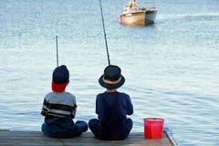 男孩钓鱼 库存图片