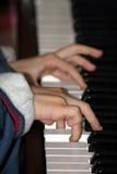 男孩钢琴 免版税库存图片