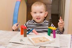男孩铸造彩色塑泥 库存照片