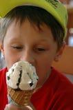 男孩锥体奶油色吃冰 免版税库存图片