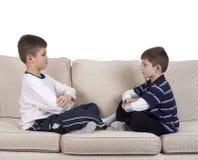 男孩长沙发每饰面其他年轻人 免版税库存图片