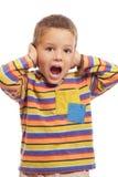 男孩闭合值的耳朵递他一点 免版税库存图片