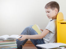 男孩阅读书在家 库存照片