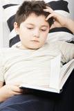 男孩阅读书特写镜头 免版税库存照片