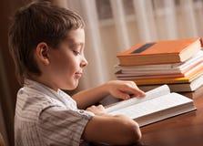 男孩阅读书 免版税图库摄影
