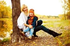 男孩集中她的母亲儿子 图库摄影