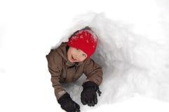 男孩雪隧道 免版税库存照片