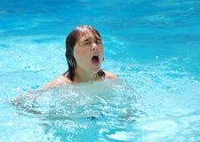 男孩青少年池的游泳 免版税库存照片