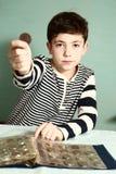 男孩青春期前的货币收藏家展示硬币 免版税图库摄影