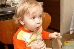 男孩面包吃 免版税库存图片