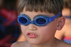男孩风镜游泳对年轻人 免版税库存图片