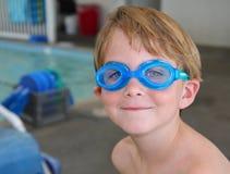 男孩风镜游泳 免版税库存图片