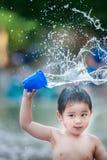 男孩飞溅水 免版税图库摄影
