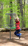 男孩飞碟高尔夫球使用 库存照片