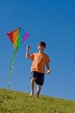 男孩飞行风筝 库存照片